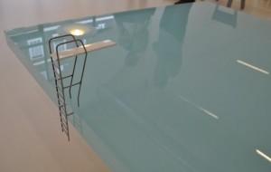 Tafel in de vorm van een zwembad