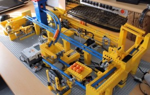 Briljante LEGO-machine gooit balletjes