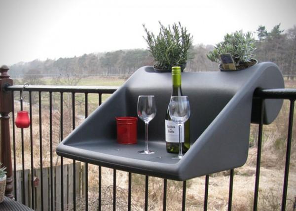 Balkonzept een bureau n plantenbak voor op het balkon for Balkon bloembak