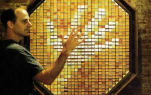 Bijzondere spiegel met pixels van hout