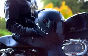 Deze motorhelm beschikt over een display, GPS en een camera om achteruit te kijken