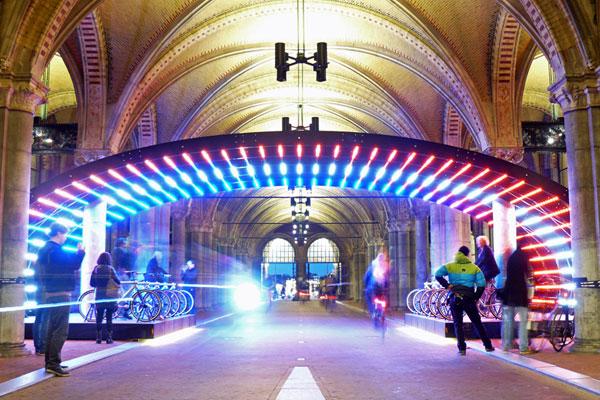 De fietstunnel onder het Rijksmuseum als interactieve lichtinstallatie