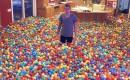 Vrolijke grapjas verrast zijn vrouw, vult het huis met gekleurde ballen