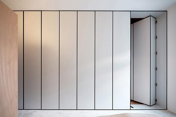 Een boekenkast als verborgen deur naar de slaapkamer - Salontafel naar de slaapkamer ...