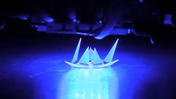 Wetenschappers vouwen plastic met gekleurd licht