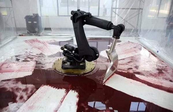 Lugubere robotarm speelt in een poel van bloed