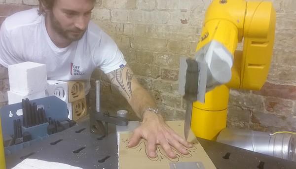 Je kunt een industriële robotarm best een mes geven