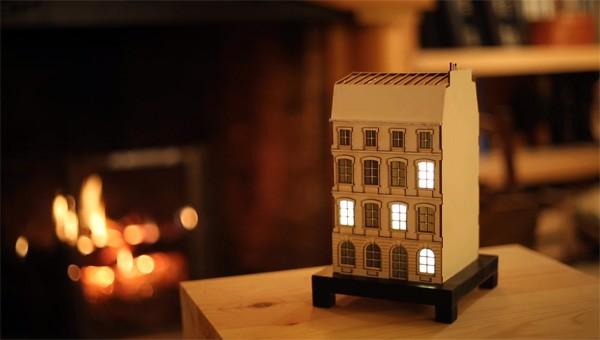 De toffe City Clock geeft de tijd aan met verlichte ramen