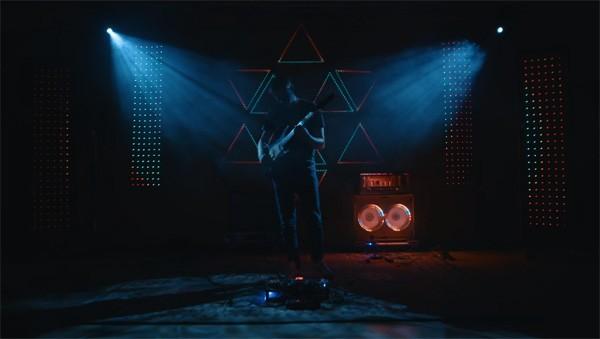 Dove muzikant gebruikt licht om shows te geven