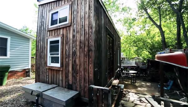 Creatief stel bouwt een geweldig mini-huisje voor 17.000 dollar