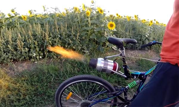 Russische waaghals bouwt fiets met straalmotor