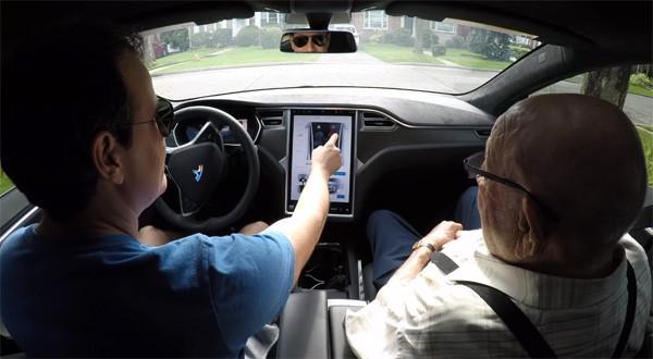 97-jarige opa zit voor het eerst in een Tesla