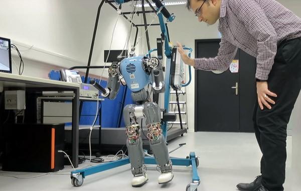 Deze robot simuleert de loopbewegingen van mensen