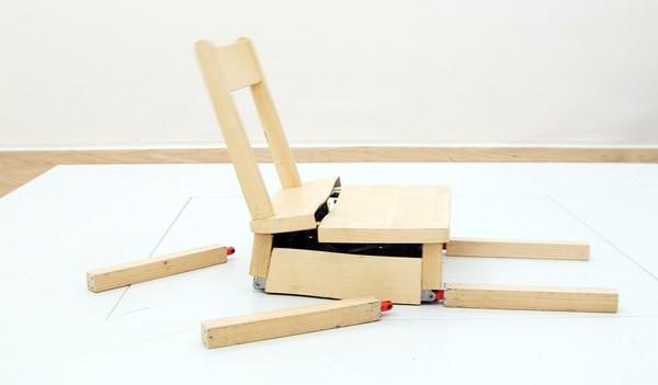 Kunstige stoel valt kapot en repareert zichzelf