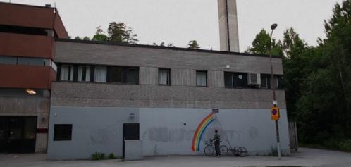 Robot beschildert muren met regenbogen