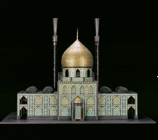 Religieuze gebouwen gemaakt van munitie