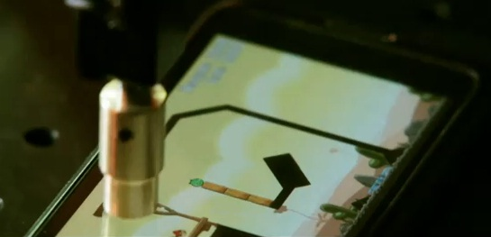 Robot speelt Angry Birds