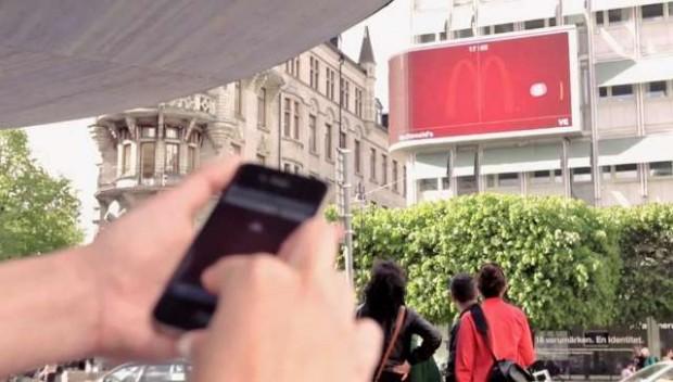 Pongen op een reclamebord