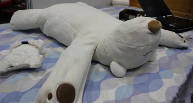 Robot-ijsbeer helpt tegen snurken