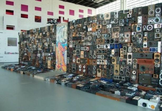 Muur van speakers met telefoonverbinding