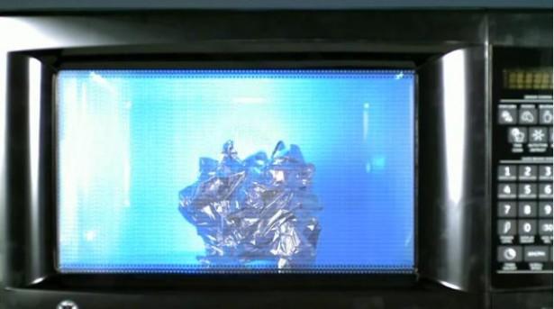 Slow-motion: magnetron maakt dingen stuk
