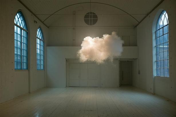 Kunstenaar maakt mooie wolken