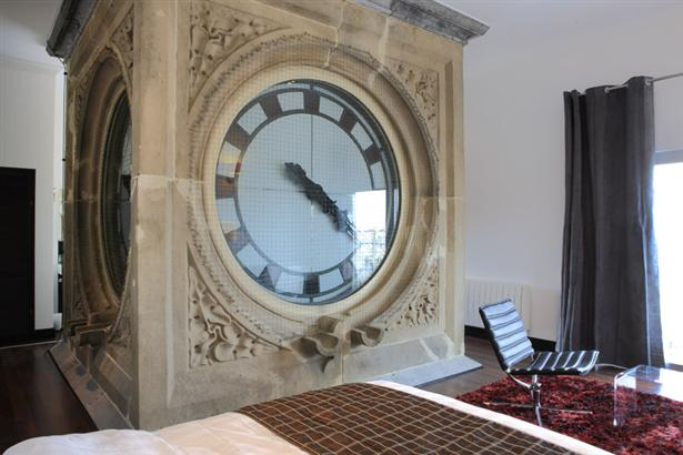 Hotelkamer met 100 jaar oude klok