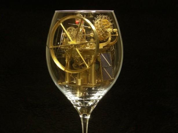 Een machine in een wijnglas