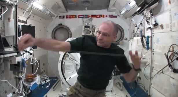 Spelen met een jojo in de ruimte