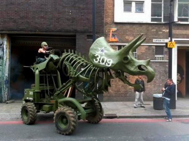 Een tractor in de vorm van een Triceratops