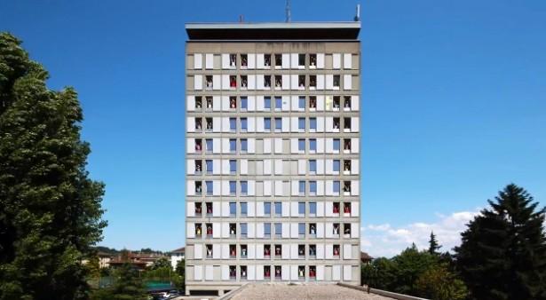 Animatie op gebouw met ramen als pixels
