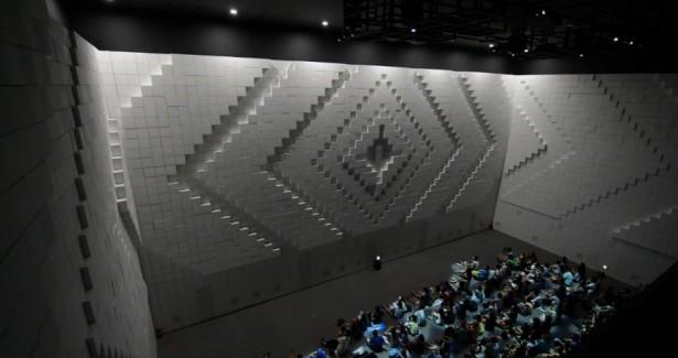 Deze muur beweegt op geluid