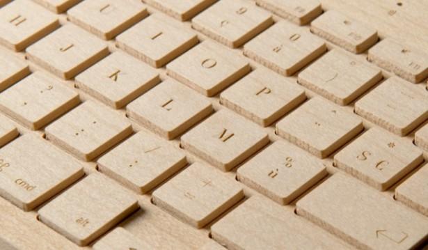 Een draadloos toetsenbord van hout