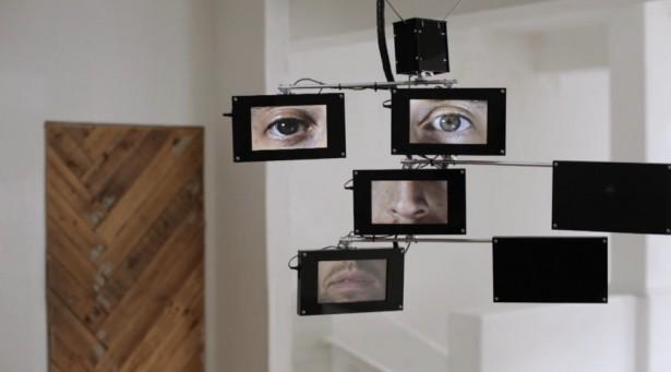 Dit kunstwerk houdt museumbezoekers in de gaten
