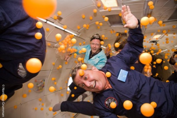 2000 pingpongballen in een ruimte zonder zwaartekracht