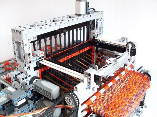 Deze machine van Lego breit een sjaal