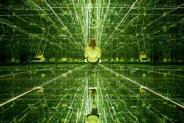 Schommelen in een kamer vol spiegels