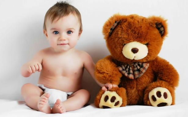 Teddy Sitter: knuffelbeer die op de kleintjes let