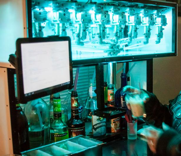 Bartendro robot maakt altijd perfecte cocktails