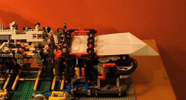 Deze LEGO-machine vouwt vliegtuigjes