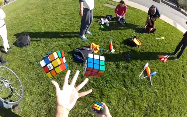 Man lost drie Rubik's Cubes op terwijl hij jongleert