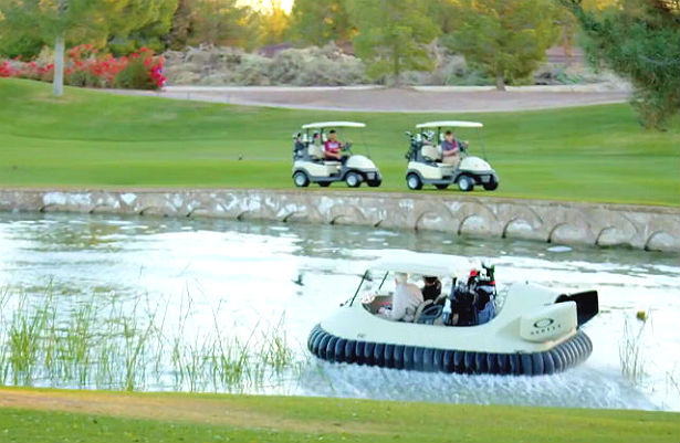 De echte pro's golfen met een hovercraft