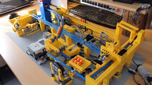 Briljante LEGO-machine gooit balletjes