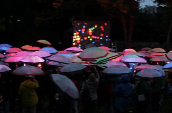 Interactieve kunst met paraplu's