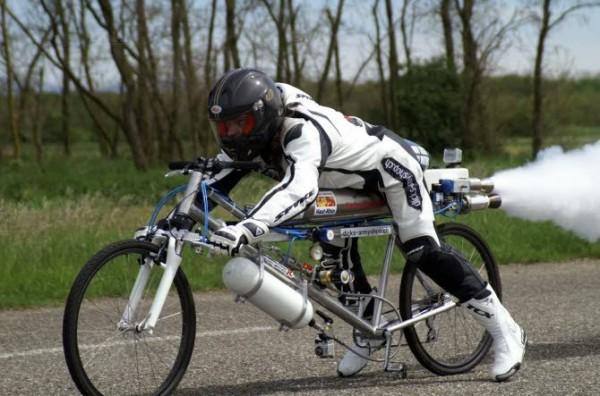 Franse waaghals rijdt 260 km/u op de fiets