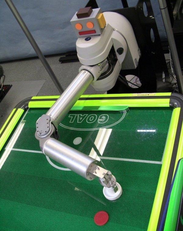 Intelligente robot is onverslaanbaar met Airhockey