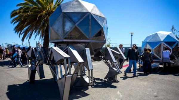 Gigantische robot werkt op zonne- en windenergie