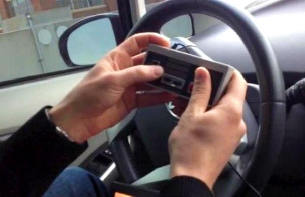 Hackers van DARPA besturen een auto met een NES-controller