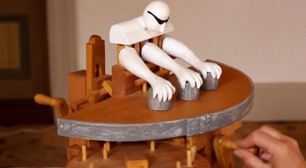 Met de hand aangedreven automaton speelt balletje-balletje
