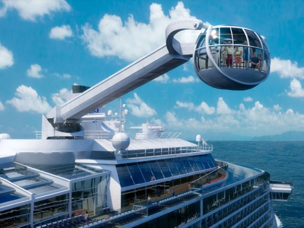 High-tech cruiseschip met virtuele ramen en zwevende capsule